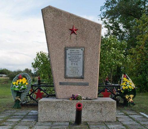 с. Подлужье г. Комсомольск (Горишние Плавни). Памятник, установленный в 1976 году на братской могиле советских воинов, добровольцев-ополченцев.