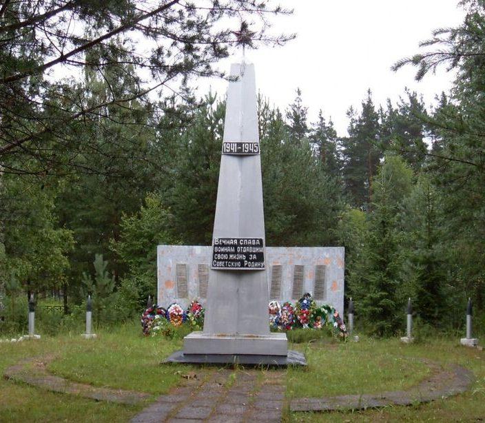 г. Бологое. Памятник, установленный на братской могиле советских воинов.