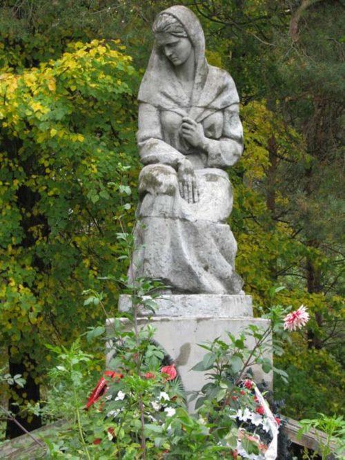 с. Борки Бологовского р-на. Памятник, установленный на братской могиле советских воинов.