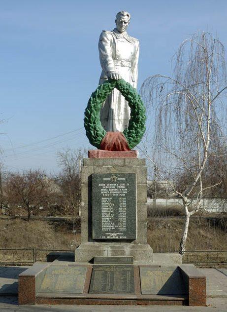 п. Большая Кохновка Кременчугского р-на. Памятник, установленный в 1956 году на братской могиле советских воинов, погибших в боях за поселок.