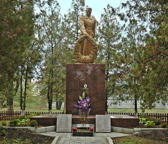 с. Гориславцы Кременчугского р-на. Памятник, установленный на братской могиле, в которой похоронено 8 советских воинов.