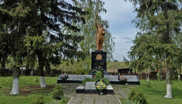 с. Демидовка Кременчугского р-на. Памятник, установленный на братской могиле, в которой похоронено 24 советских воина.