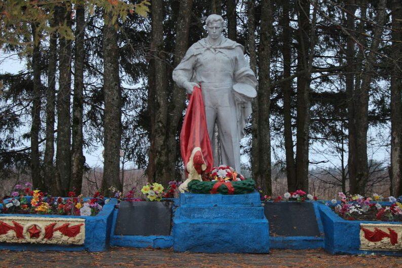 д. Куженкино Бологовского р-на. Памятник, установленный на братской могиле советских воинов, павших в годы войны.