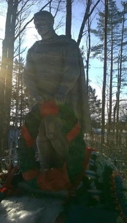 п. Лыкошино Бологовского р-на. Памятник, установленный на братской могиле советских воинов, павших в годы войны.