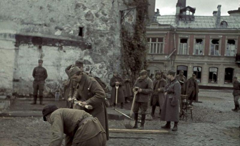 Советские военнопленные ремонтируют булыжное покрытие улицы в Выборге. 31 августа 1941 г.