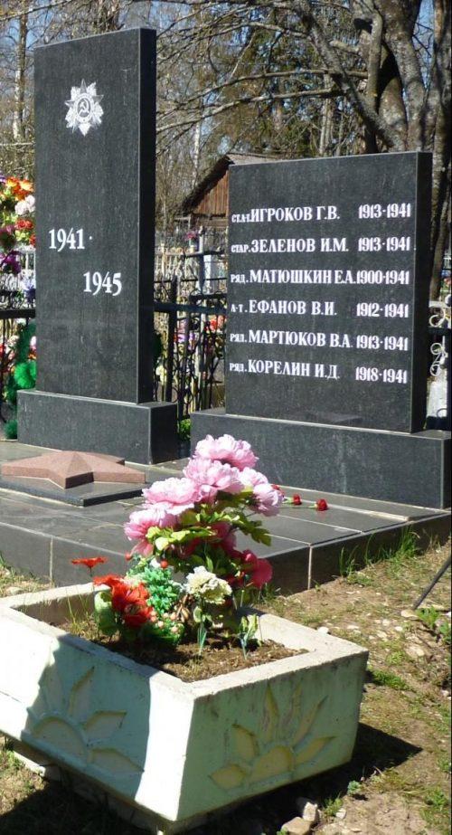 г. Весьегонск. Братская могила советских воинов на территории кладбища, скончавшихся от ран в весьегонском госпитале, и военных летчиков, погибших 26 октября 1941 года в районе д. Бодачёво, Перемут, Работкино Лекомского сельского совета Овинищенского района.