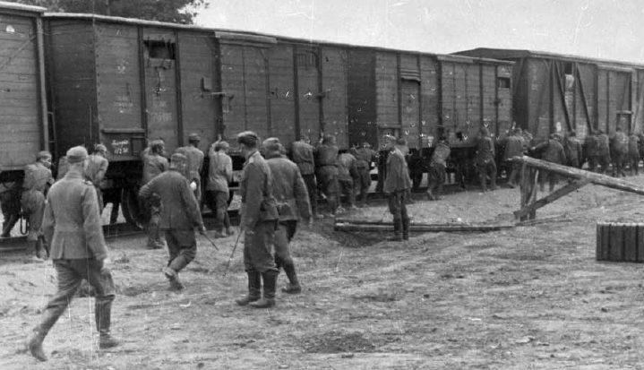Советские военнопленные на разгрузке железнодорожного состава. Смоленск, август 1941г.