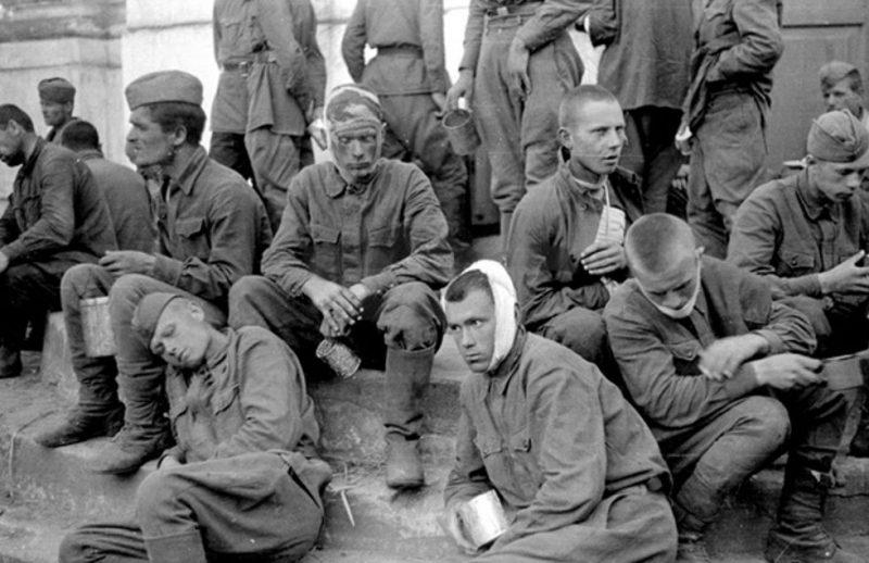 Пленные красноармейцы на ступенях церкви в районе Барановичей. Белоруссия, август 1941 г.