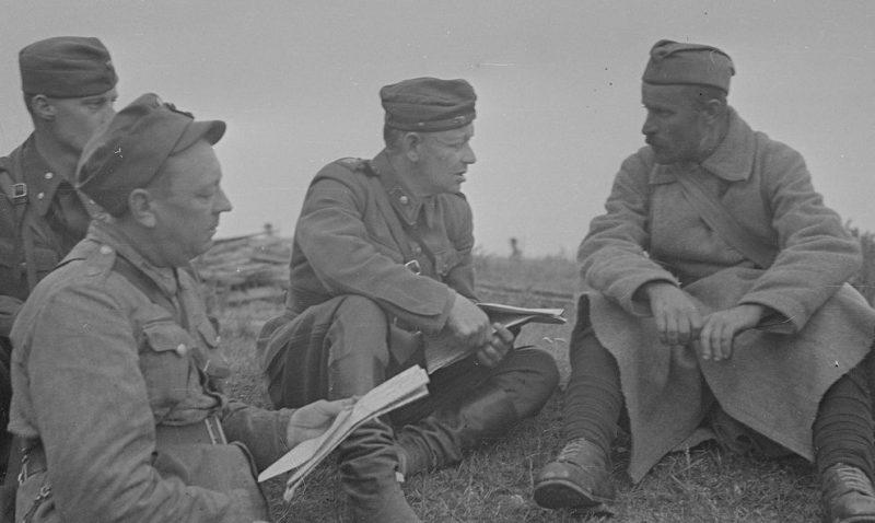 Финны допрашивают пленного красноармейца. Август 1941 г.