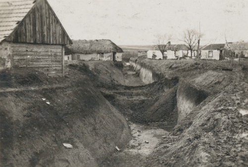 Противотанковый ров на околице города. 1944 г.