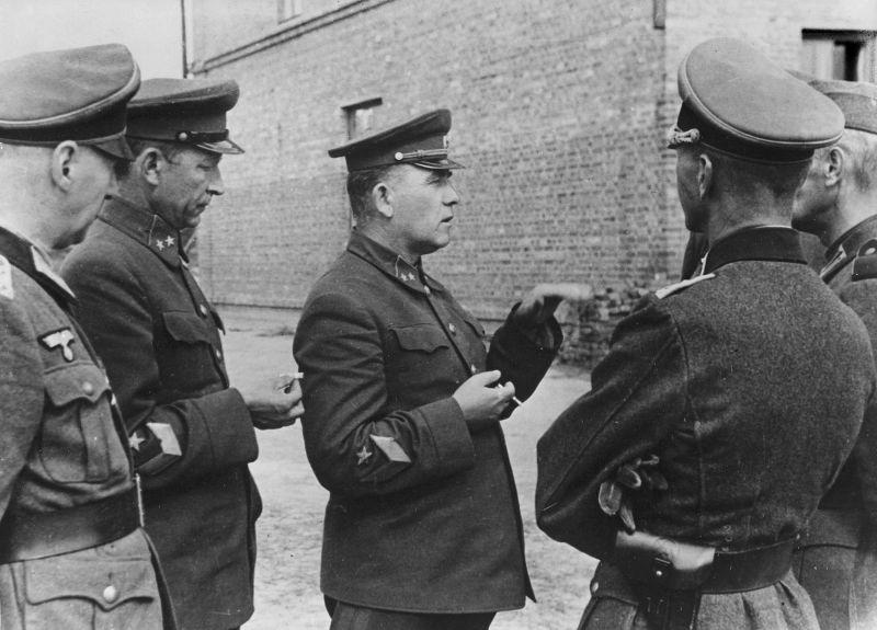 Пленные командующий 12-й армией генерал-майор П.Г. Понеделин и командир 13-го стрелкового корпуса 12-й армии генерал-майор Н. К. Кириллов в районе Умани. Август 1941 г.