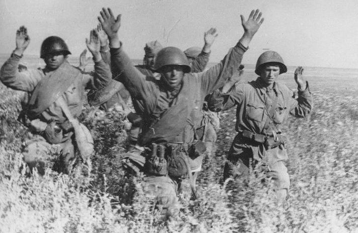 Группа красноармейцев сдается в плен в районе Умани. Август 1941 г.