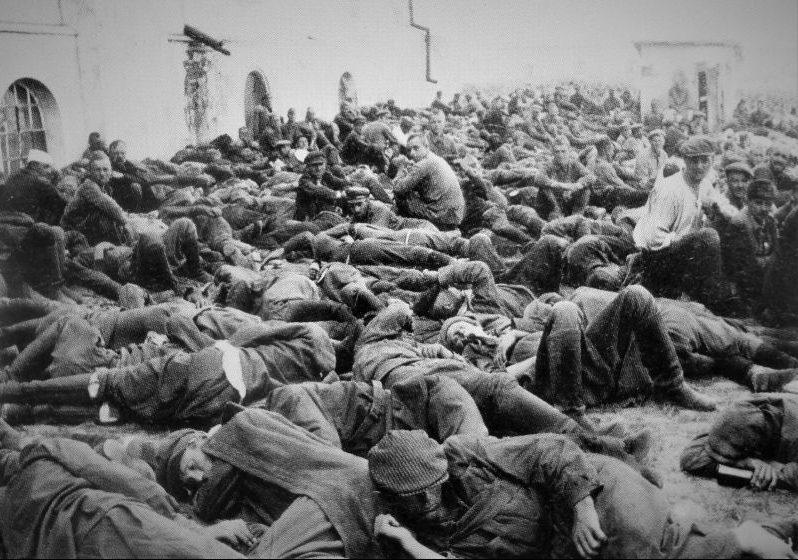 Красноармейцы, попавшие в окружение и плен под Уманью. 10 августа 1941 г.