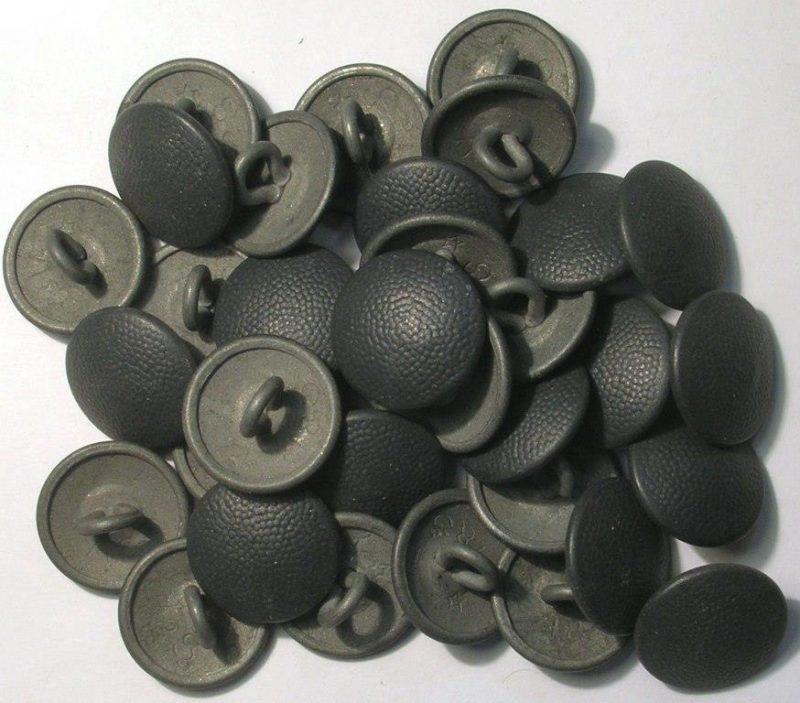 Погонные пуговицы в тёмном окрасе, изготовленные из цинка, диаметром 16 мм.