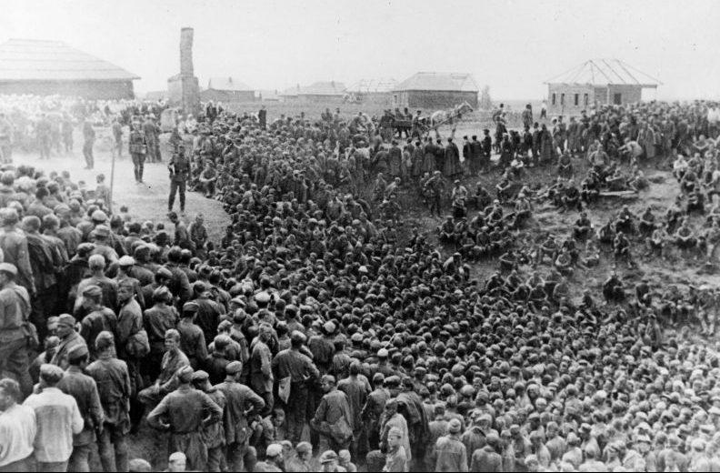 Пленные красноармейцы у Смоленска. Август 1941 г.