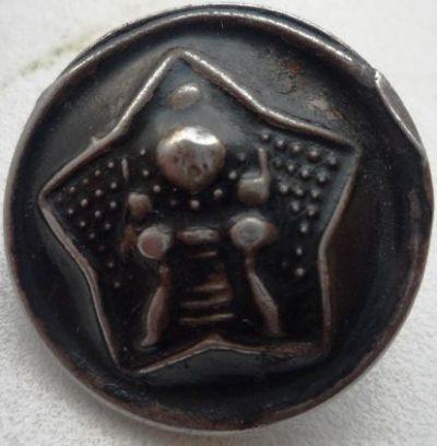 Пуговица образца 1932 года диаметром 15 мм, 19 мм и 23 мм изготовленная из стали и окрашенная в черный цвет.