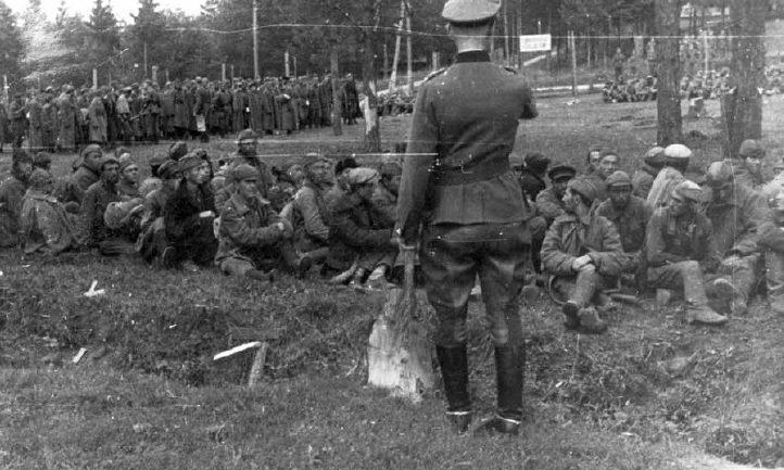 Советские военнопленные на территории сборного лагеря. Смоленск, август 1941 г.