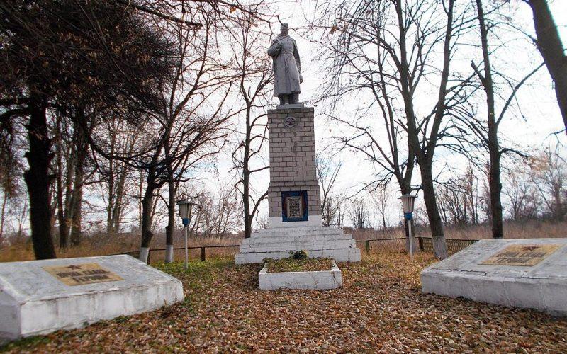 с. Хвощовка Хорольского р-на. Памятник погибшим односельчанам, установленный в 1956 году.