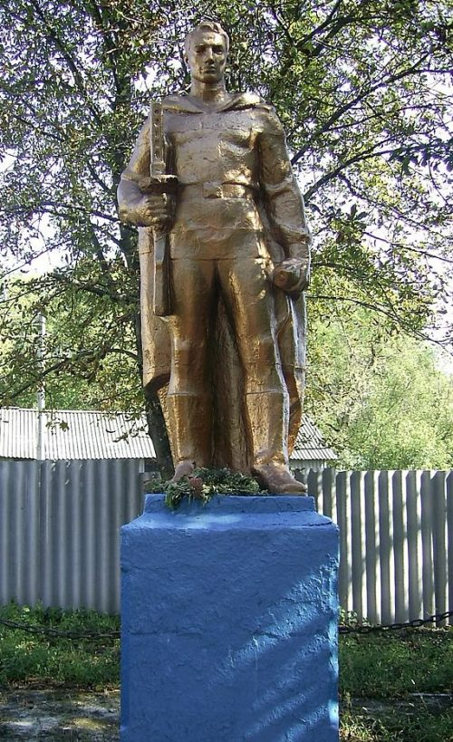 с. Хильковка Хорольского р-на. Памятник погибшим воинам-землякам, установленный в 1971 году.