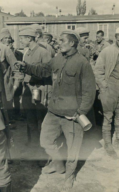 Пленные на сборном пункте. Лето 1941 г.