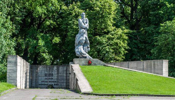 г. Хорол. Мемориал «Хорольская яма», установленный в 1991 году и посвященный умершим в концлагере, где погибло 37 тысяч человек.