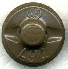 Пуговицы женской организации BDM диаметром 17 мм. Изготавливались из пластика или бакелита в двух окрасах – полевом и коричневом.