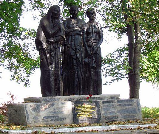 г. Хорол. Памятник на территории кирпичного завода, установленный в 1957 году на братской могиле, в которой похоронено около 10 тысяч жертв оккупантов.