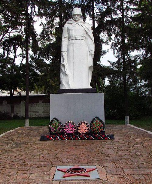 г. Хорол. Памятник, установленный в 1957 году на братской могиле военнопленных.