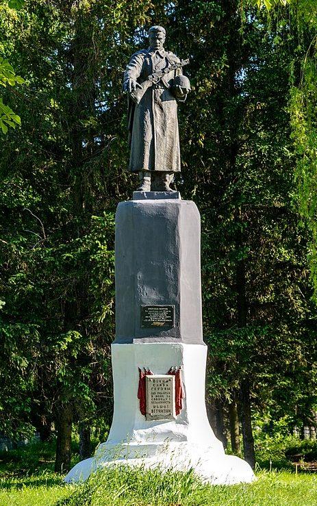 г. Хорол. Памятник, установленный в 1957 году на братской могиле, в которой похоронено 22 тысячи жертв оккупантов.