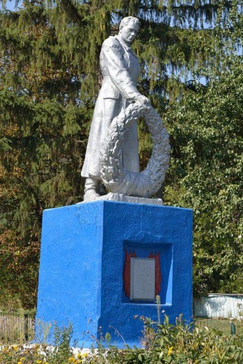 с. Вороньки Чернухинского р-на. Памятник возле клуба, установленный на братской могиле советских воинов.