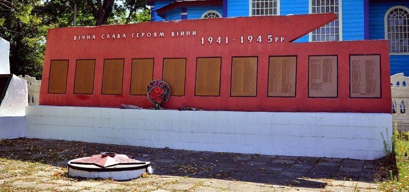 с. Вороньки Чернухинского р-на. Памятник односельчанам, не вернувшимся с войны, установленный в 1969 году.