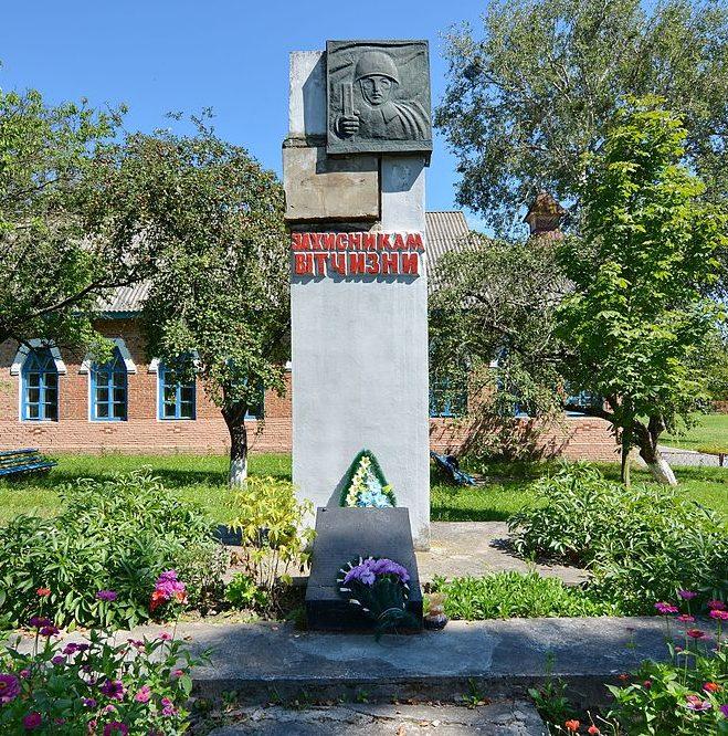 с. Куринька Чернухинского р-на. Памятник односельчанам, погибшим в годы войны, установленный в 1961 году.