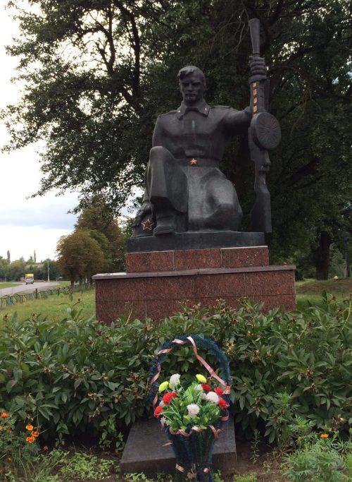 с. Кызливка Чернухинского р-на. Памятник советским воинам, установленный возле школы.