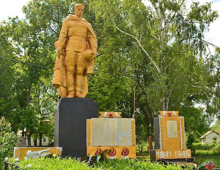 с. Харсики Чернухинского р-на. Памятник, установленный в 1954 году на братской могиле советских воинов и мемориальные доски с именами павших воинов-земляков.
