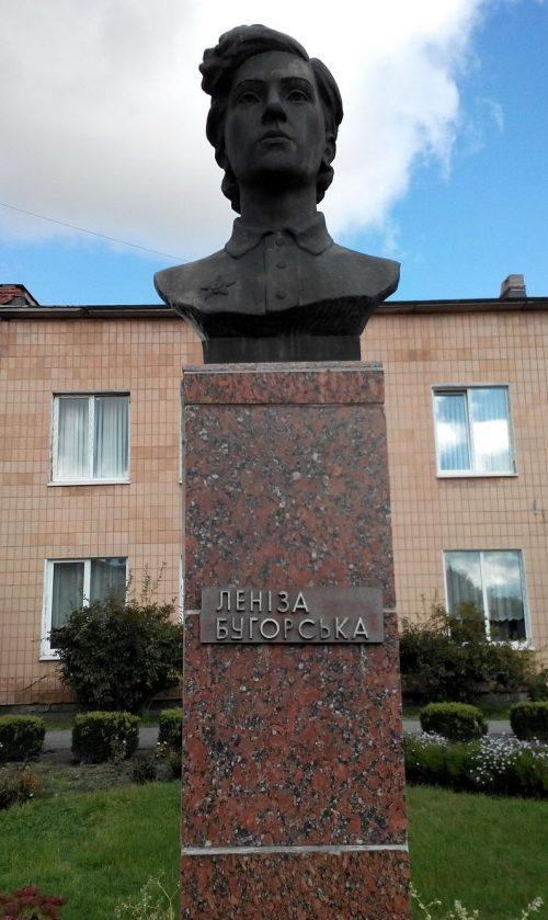 п. Чернухи. Памятник-бюст партизанке Л. Бугорський.