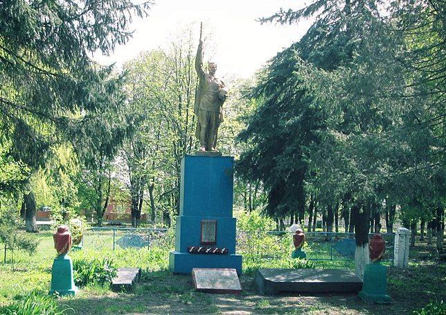 п. Артемовка Чутовского р-на. Памятник павшим воинам-землякам, установленный в 1956 году.