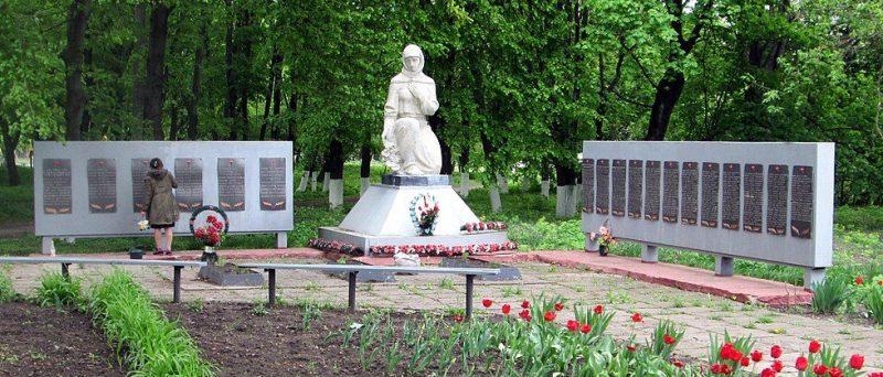 п. Артемовка Чутовского р-на. Памятник у железнодорожной станции Скороходово, установленный в 1955 году в честь павших воинов-земляков.