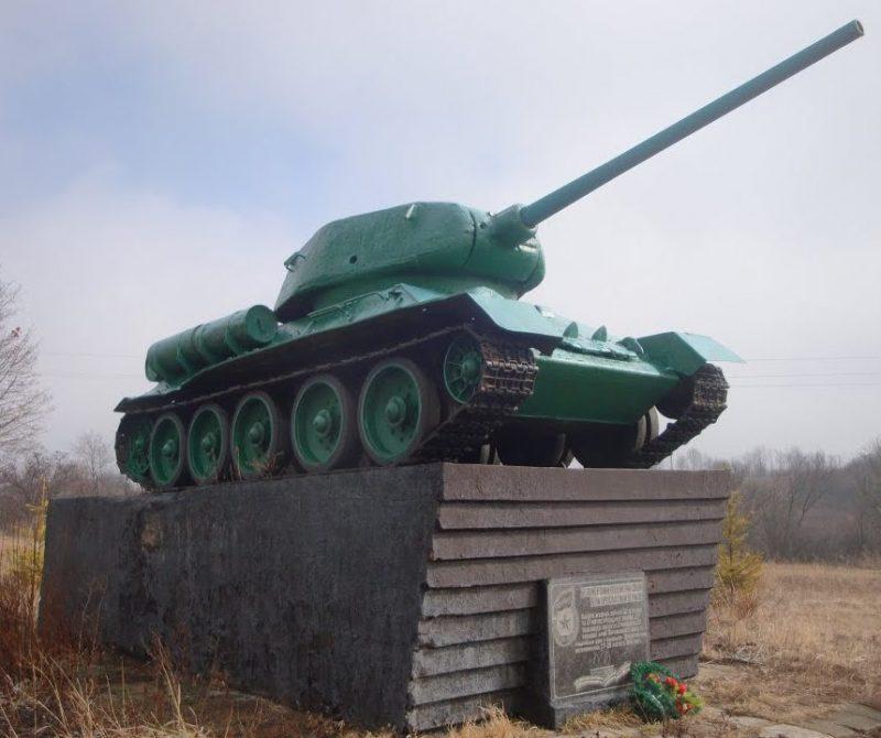 с. Ольховатка Чутовского р-на. Памятник-Танк Т-34.