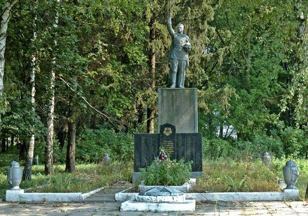 с. Гоголево Шишацкого р-на. Памятник, установленный на братской могиле советских воинов, погибших в боях за село памятный знак землякам не вернувшихся с войны.