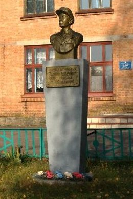 с. Ковалевка Шишацкого р-на. Памятник-бюст у школы юному партизану Гриши Диденко.