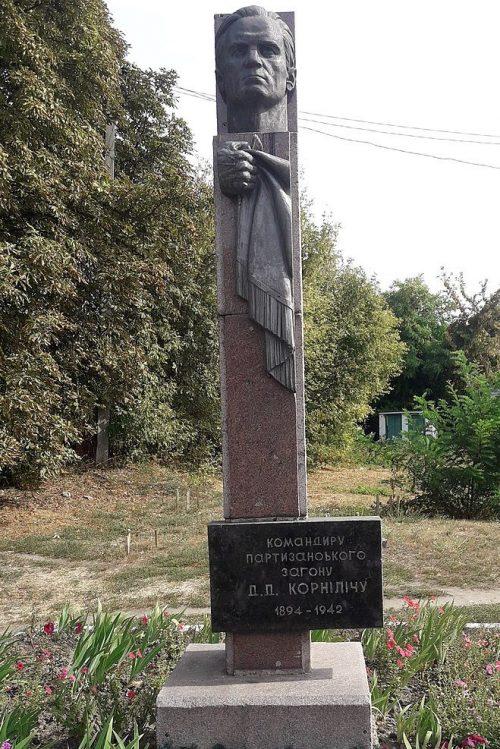 п. Шишаки. Памятник командиру партизанского отряда Д.Д. Корниличу.