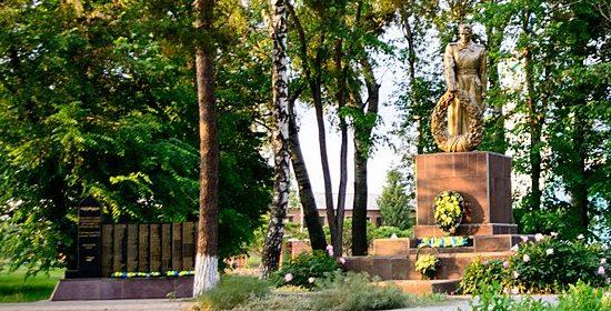 с. Яреськи Шишацкого р-на. Памятник у школы, установленный в 1957 году на братской могиле советских воинов и памятный знак воинам-землякам.