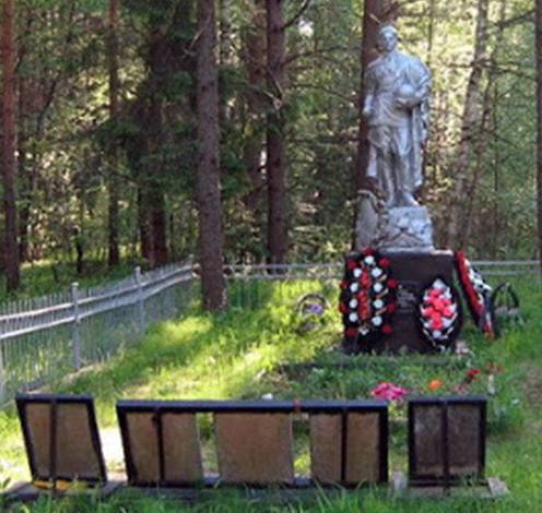 д. Аксинькино Калининского р-на. Памятник, установленный на братской могиле советских воинов.