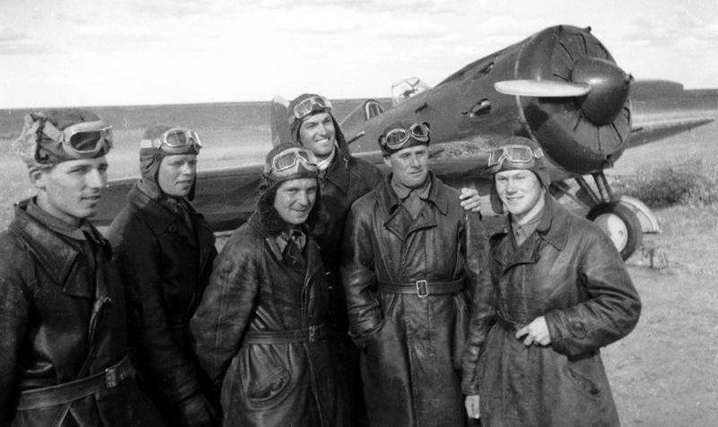 Советские летчики на фоне самолета-истребителя И-16в районе реки Халхин-Гол. Август 1939 г.