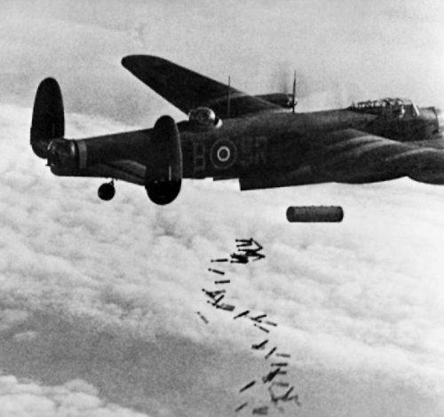 Бомбардировка с Avro Lancaster немецкого Дуйсбурга.