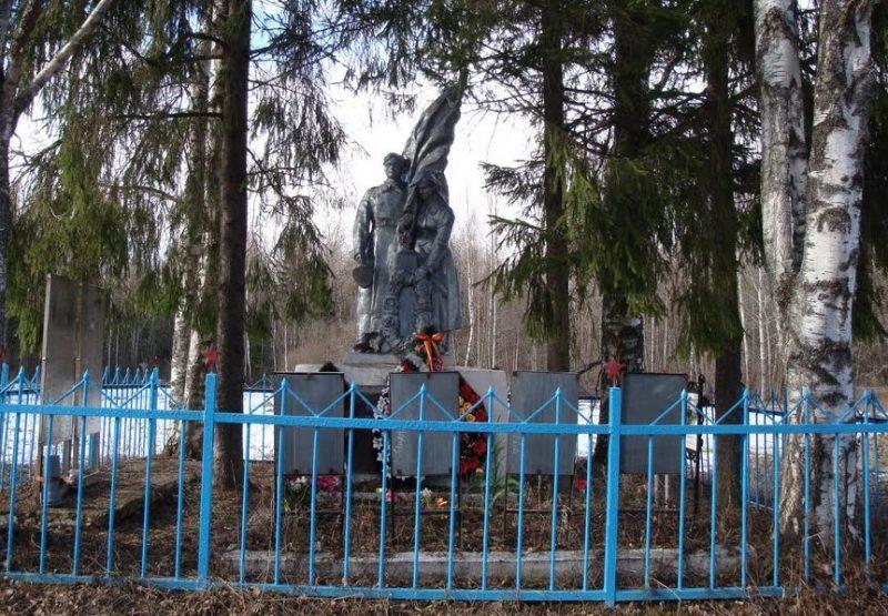 Зубцовский р-н, 207 км ж.д Москва-Рига. Памятник, установленный на братской могиле советских воинов.