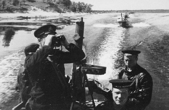 Полуглиссера Днепровской флотилии в походе.