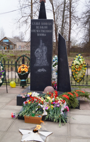 п. Фирово. Памятник советским воинам.