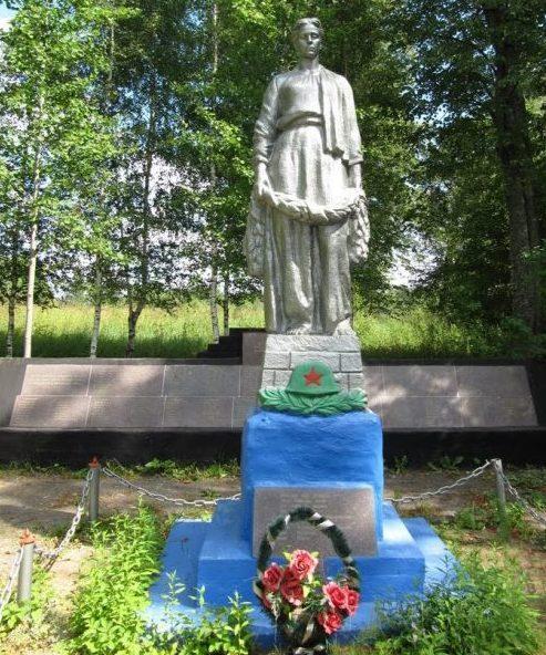 п. Алешино Рамешковского р-на. Памятник, установленный на братской могиле советских воинов.