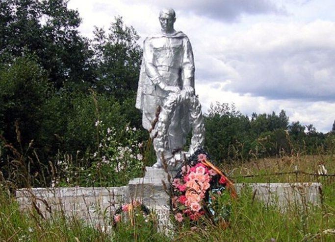 с. Азаново Селижаровского р-на. Памятник, установленный на братской могиле советских воинов.